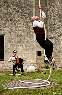 Hydragon partage ses créations artistiques, mêlant théâtre musique et cirque.